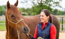 IST-Absolventin Anna Huebner ist völlig im Einklang mit ihrem Pferd.