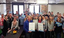 IST-Geschäftsführung und Mitarbeiter freuen sich über die Auszeichnungen.