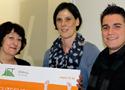 """Reinhild Karasek von Thera-Biz und Simon Kellerhoff gratulieren Martina Rempe (Mitte) zum Stipendium """"Betriebliches Gesundheitsmanagement (IHK)""""."""