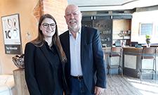 Stipendiatin Sophia Träumer und Klaus Michael Schindlmeier (Geschäftsführer) vom Palatin Kongresshotel und Kulturzentrum in Wiesloch.