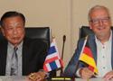 Prof. Dr. Prit Supasetsiri und Prof. Dr. Thomas Merz besiegeln die Zusammenarbeit.