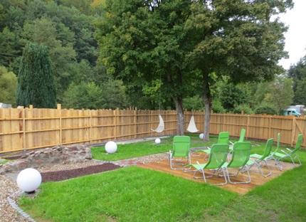 Sauna Außenbereich, Garten mit Stühlen